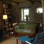 Wohnzimmer mit Kaminofen und Schlafsofa