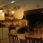 Küche mit offenem Kamin und Kaminofen